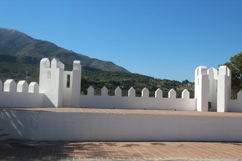Almenas blancas y la vista de la sierra que se ve desde el parque