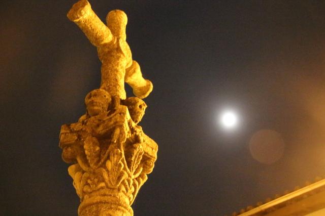 La misma cruz con la Luna al fondo.