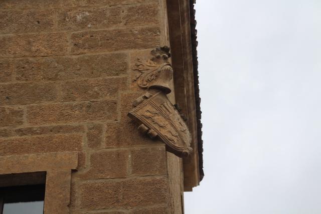 En Ciudad Rodrigo hay muchos escudos de armas, en piedra, que están inclinados 45º. Eso significa que quien allí vivía era hijo bastardo.