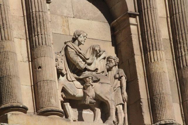 En la iglesia de San Martín, San Martín de Tours dando la mitad de su capa a un mendigo que se moría de frío. La otra mitad no podía dársela porque pertenecía al ejército romano.