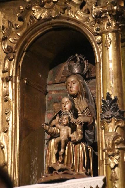 Jesús de niño, María jovencita y Santa Ana coronada.