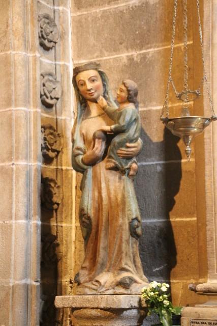 Virgen de piedra policromada en la iglesia de San Nicolás, Plasencia, Cáceres.