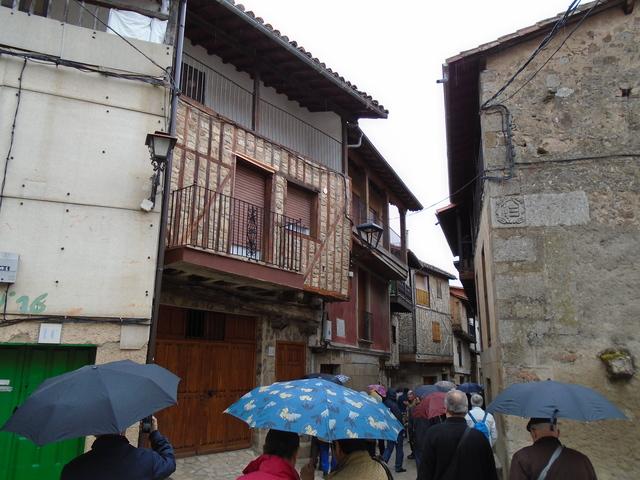 Nuestro grupo andando por una calle de San Martín del castañar.