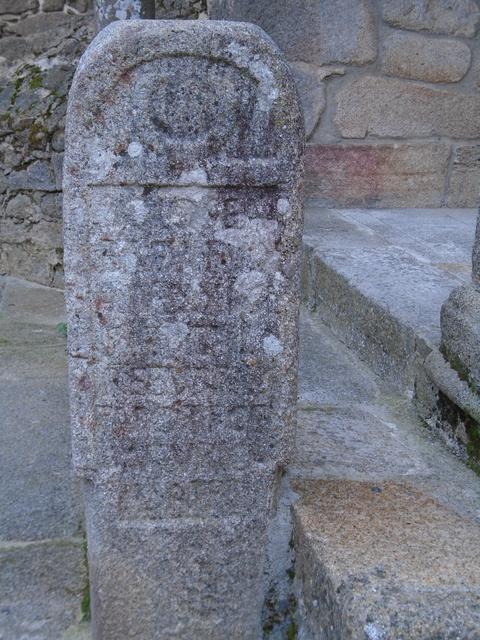 Estela funeraria en el atrico de la iglesia parrpquial de San Mrtín del Castañar.
