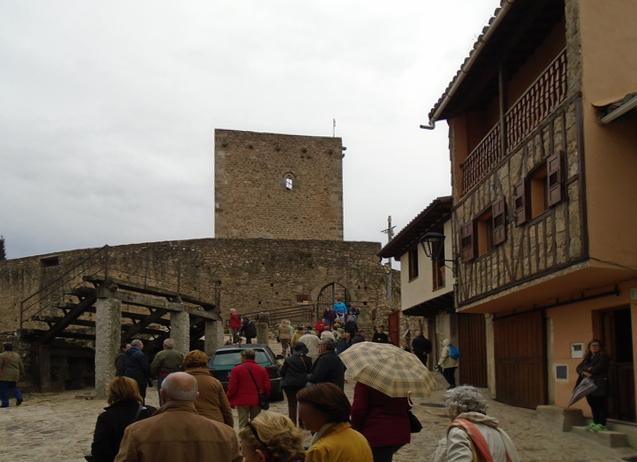 Nuestro grupo a la entrda del castillo. A la izquierda está la plaza de toros.