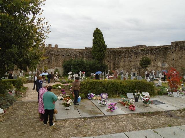 El cementerio dentro del castillo.