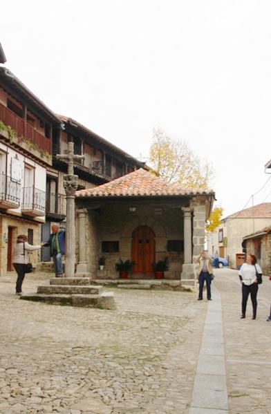 Delante de la ermita está la cruz del humilladero, también llamada cruz de los judios.