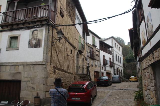 Uno de los retratos en plena calle de Mogarraz.