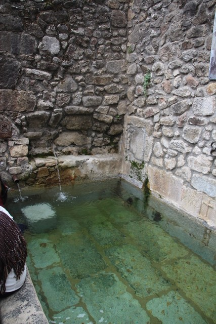 Otra fuente. En esta nos advierten de que no se garantiza la calidad sanitaria. Es decir es agua de la montaña no clorada.