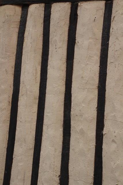 Detalles arquitectónico. Pilares de madera y entre ellas adobe.