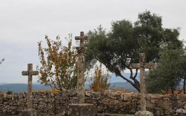 Cruces de un viacrucis a la salida del pueblo.