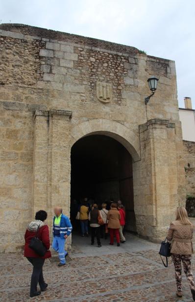 Nuestro grupo pasando a la ciudad por la puerta del conde.