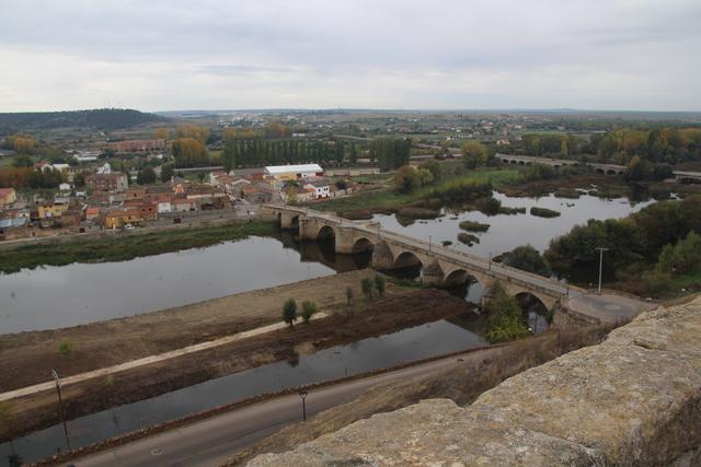 Vista del río Águeda y el puente de acceso a Ciudad Rodrigo.