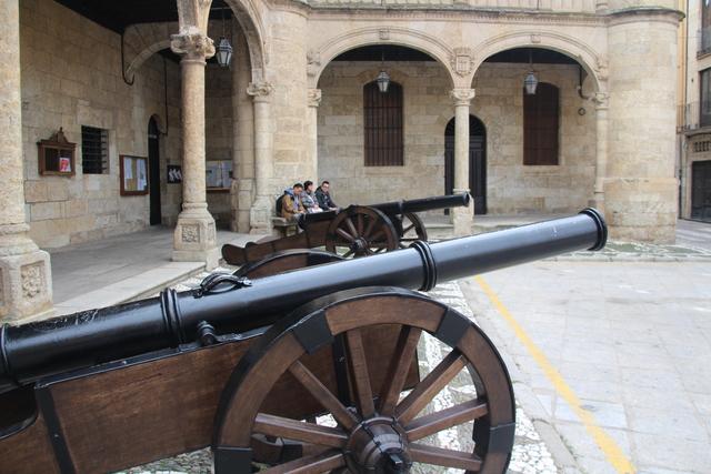 Detalle de los cañones a la puerta del ayuntamiento.
