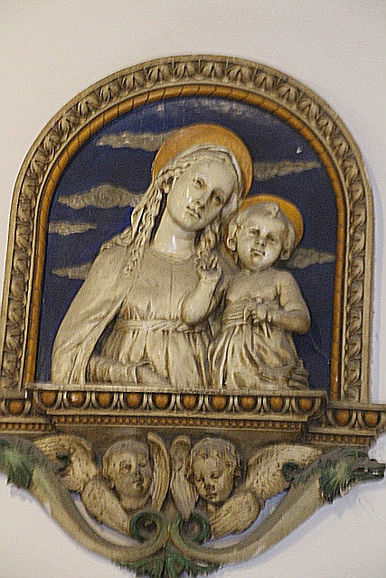 La virgen con el niño de cerca.