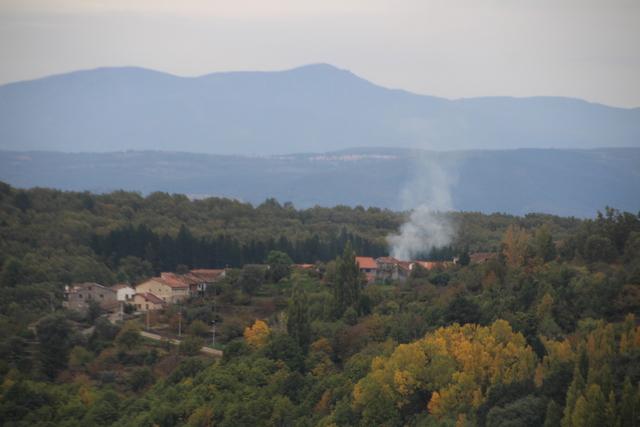 Chimeneas con nebulosas volutas de humo, árboles que amarillean, cielo gris... el otoño nos había introducido en sus fauces.