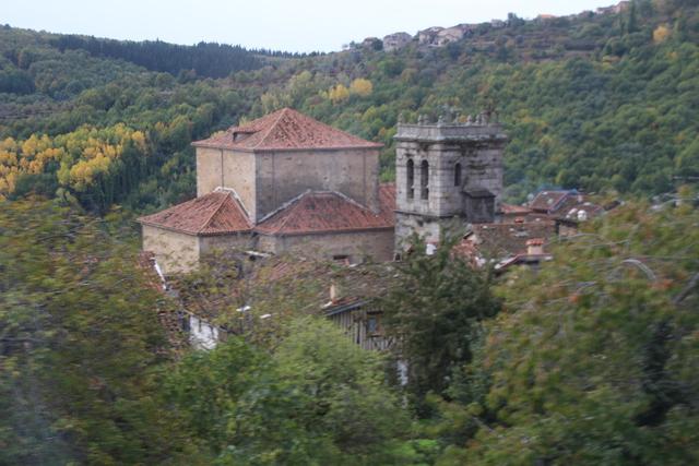 Campanario y al lado la iglesia delpueblo de Mogarraz.