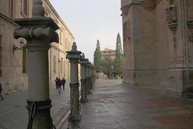 Columnas y cadenas enfrente de la puerta de la Catedral Nueva de Salamanca.