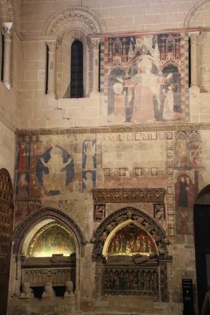 Sarcófagos y pinturas murales de la capilla de San Bartolomé.