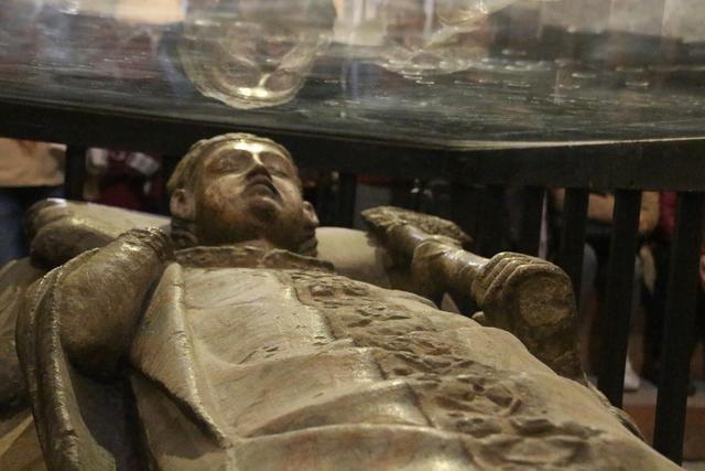 Detalle de la estatua dentro de la vitrina.