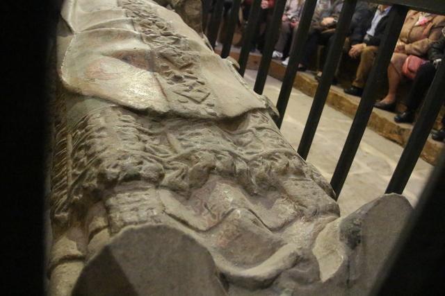 Los estudiantes apoyaban sus pies en los de la estatua, por eso se ven desgastados.