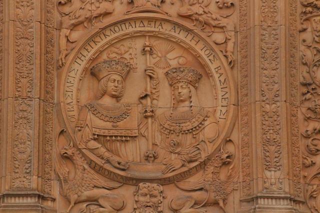 Escudo con los Reyes Católicos.