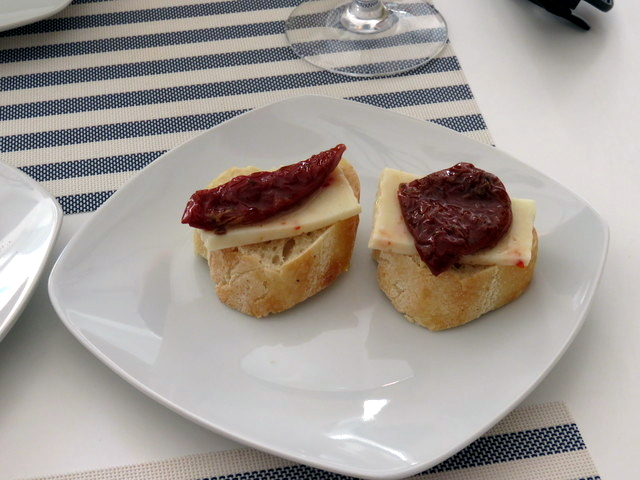Tapa (una sola) de tomate seco y queso siciliano.