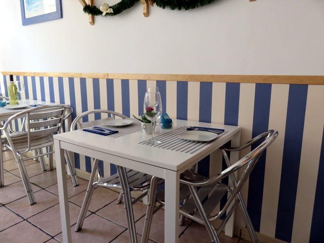 El aspecto de ls mesas es sencillo; si no me confundo son mesas e IKEA. Pero todo está puesto con gusto. Y en todas partes rezuma limpieza.l