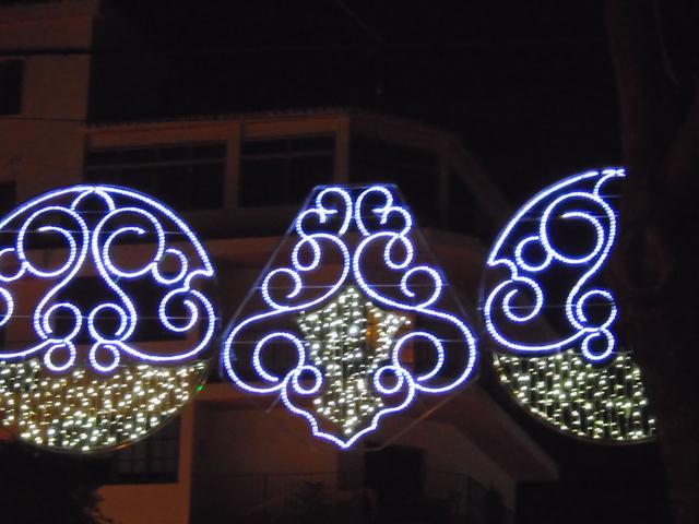 Formas simétricas colgadas, como flotando en el aire.
