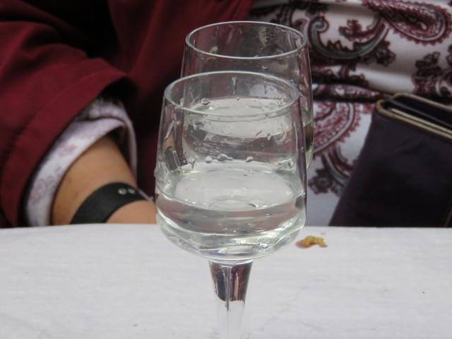 No todo es vino; en la segunda ronda también pedimos agua.