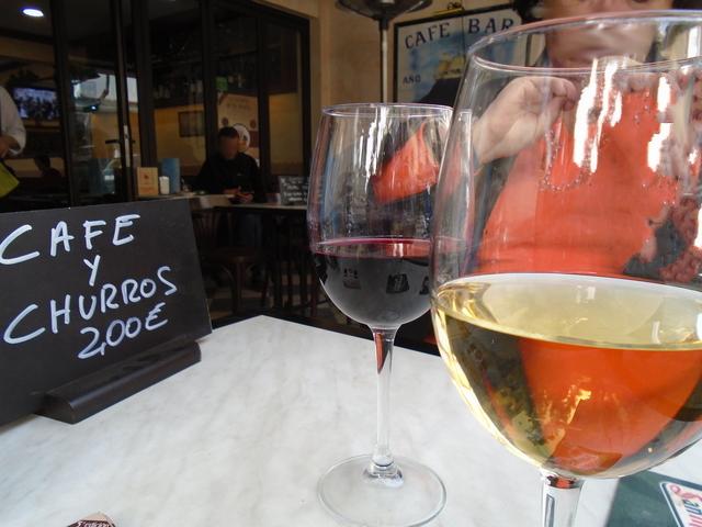 Bebidas: un vino blanco y un tinto de Rioja.