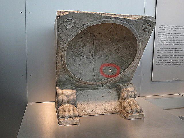 Reloj de sol. La luz, dentro del círculo rojo, indica la hora.