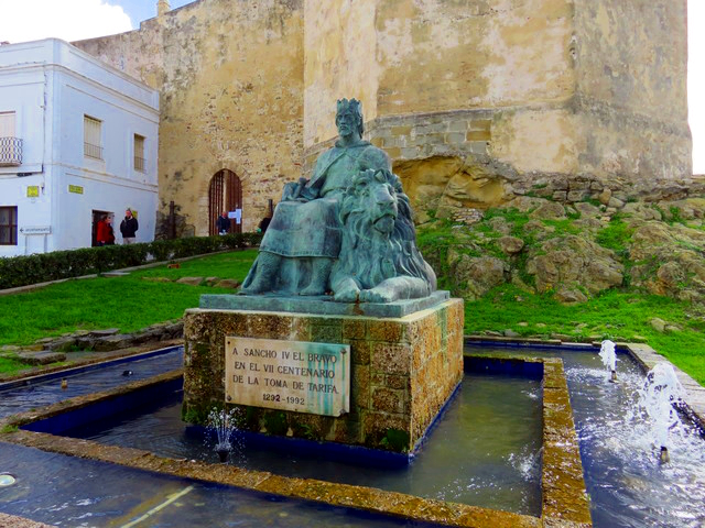 """Estatua de Sancho el bravo, frente a laentrada de la fortaleza de Tarifa, aquella en la que Guzman el Bueno dijo aquello de «Matadle con éste, si lo habéis determinado, que más quiero honra sin hijo, que hijo con mi honor manchado.» """""""