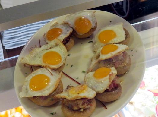 Tapa de champiñón con huevo. Precio 1,80€.