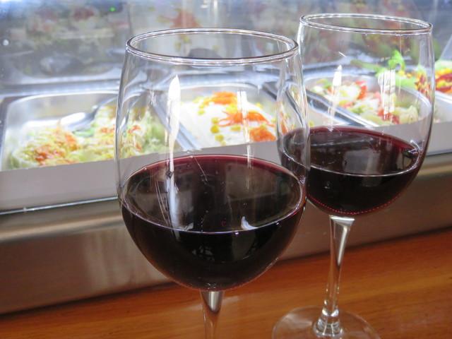 Un buen vino tinto, perfectamente elegido.