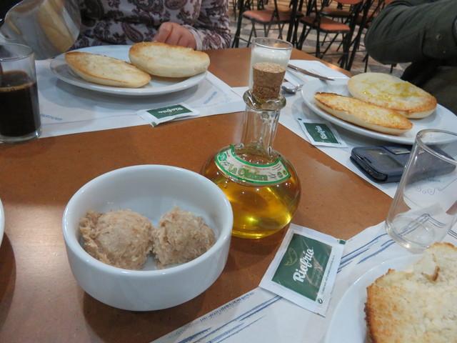 DESAYUNO: Tostafas, zurrapa, aceite de oliva, mermelada, mantequilla,...