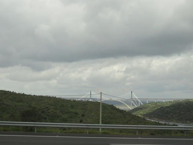 A lo lejos vemos las obras e construcción del Viaducto del Ave Madrid-Extremadura a su paso por el río Tajo.