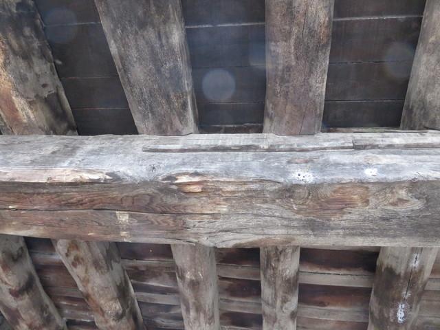"""Clavadas en la viga de madera están las """"varas"""" de medir que se usaban en el pueblo."""