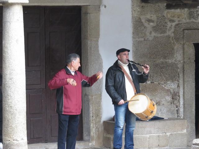 Hoy es un día especial en La Alberca. El ayuntamiento ofrece este concierto con dulzaina, castañuelas y tambor.