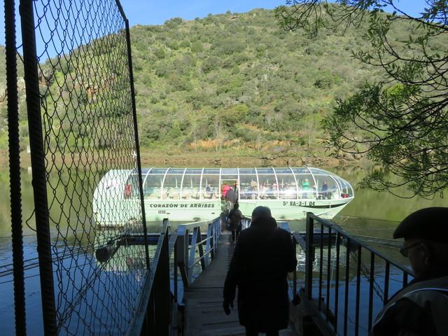 Llegamos al barco con el que haremos un recorrido por esta zona del Parque Natural, la que está cerca de la presa de Aldeadavila.