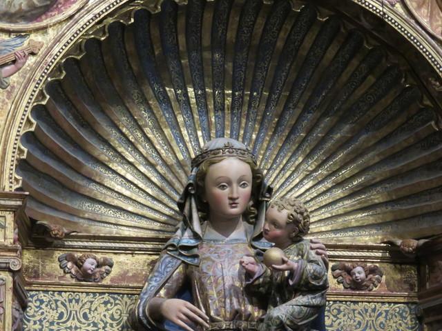 Observen la cara inocente de esta Virgen que contempla con cariño a su hijo. CAPILLA MAYOR RETABLO VIRGEN DE LA MAJESTAD.