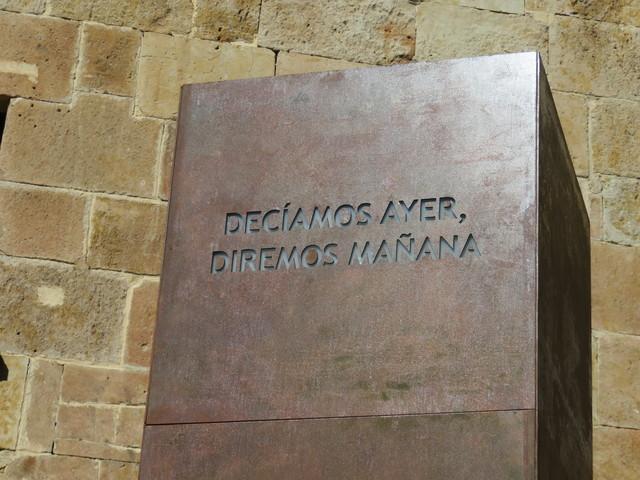 """Un monolito nos recuerda la famosa frase de Fray Luis de León: """"Decíamos ayer""""."""