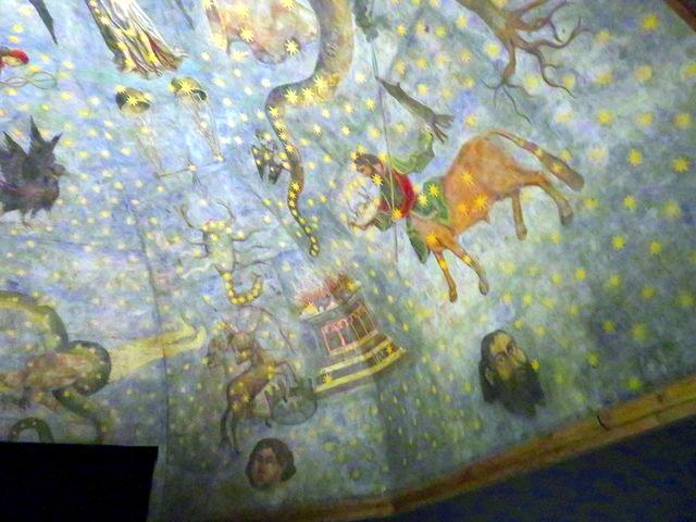 Parte de la bóveda del planetario. En la parte de abajo se ven los vientos, y en el centro, hacia la derecha se ve la constelación de Centauro.