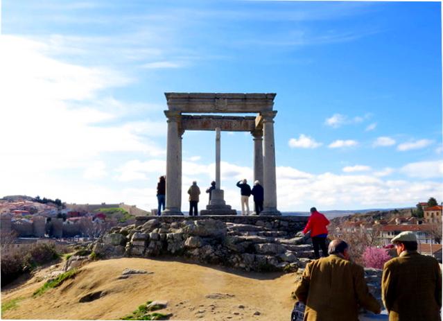 Humilladero de loa cuatro postes (Ávila). Las dos personas abajo a la izquierda son dos de los más ilustres miembros de nuestra Asociación.