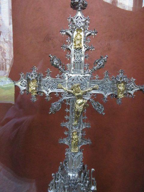 Cristo en plaa y plata dorada.