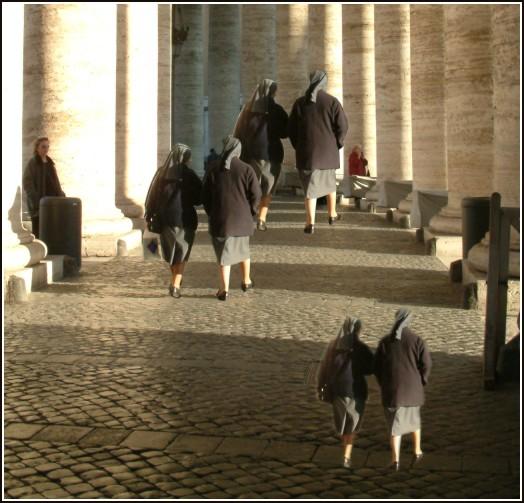 Las figuras de las monjas tienen todas el mismo tamaño; sin embrago las del fondo parecen gigantes.
