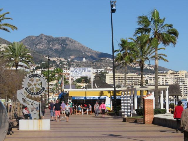 El chiringuito está en el Paseo marítimo, muy cerca del monumento a los Rotary.