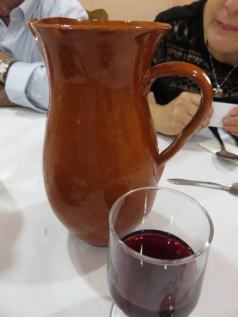 Detalle de la mesa. Vino de la tierra servido en jarra de barro.