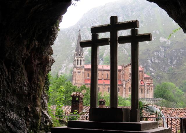 Desde la cueva, al fondo, la Basílica.