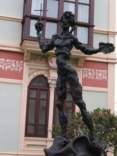 Escultura de Dalí en Llanes. Al fondo el Palacio de Los Leones.ç